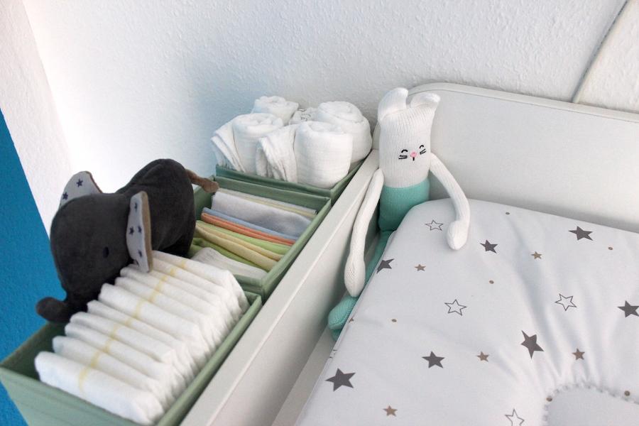 so kann ein babyzimmer in wei blau t rkis aussehen. Black Bedroom Furniture Sets. Home Design Ideas