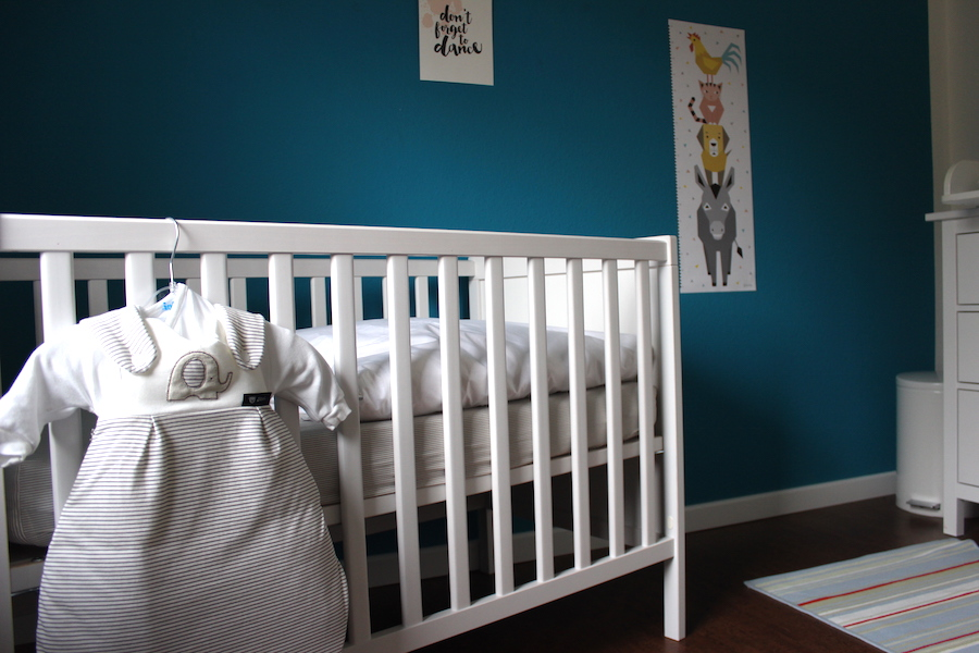 So kann ein Babyzimmer in Weiß-Blau-Türkis aussehen