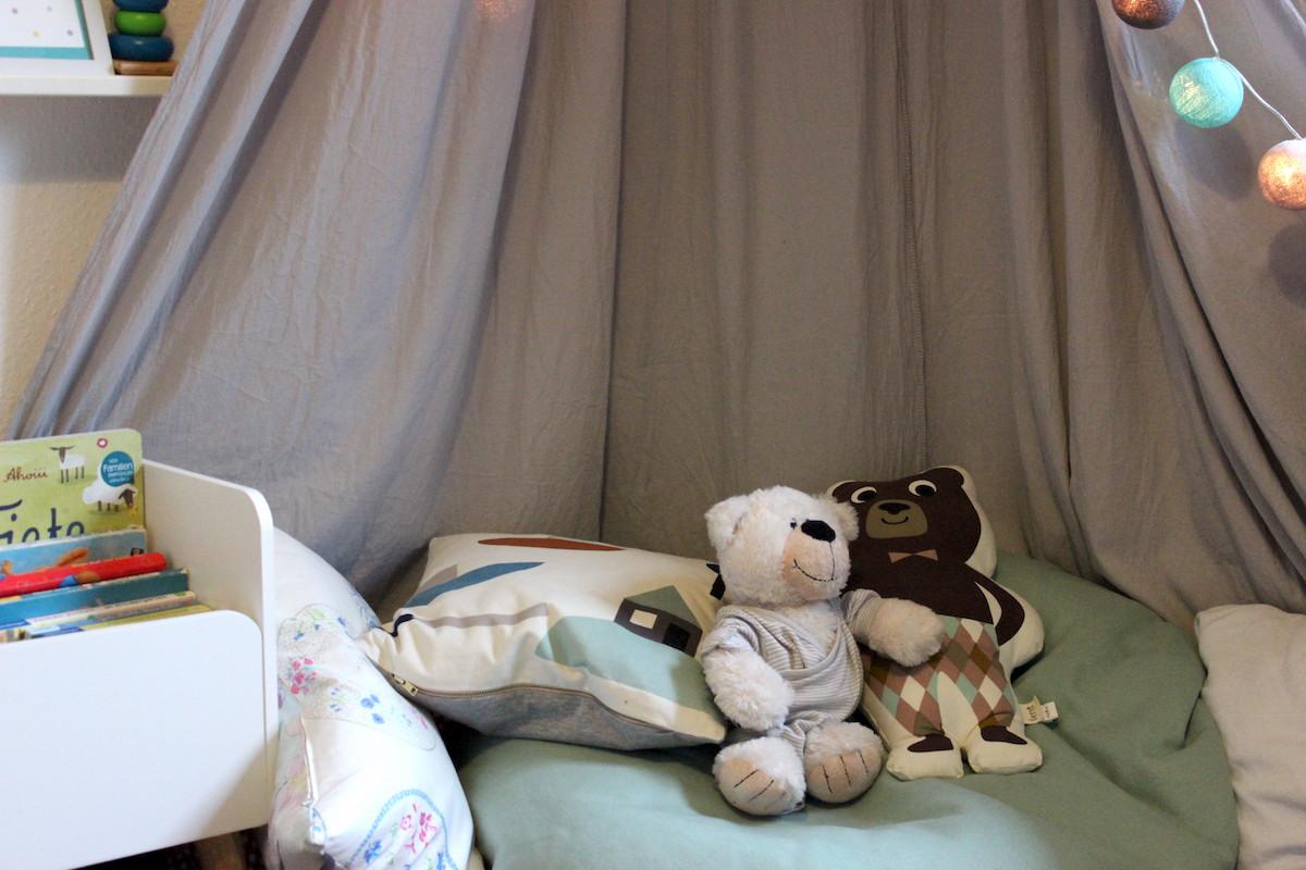 leseecke im kinderzimmer wo es sich kleinkinder gem tlich machen k nnen. Black Bedroom Furniture Sets. Home Design Ideas